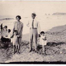 Fotografía antigua: F- 1054. FOTOGRAFIA FAMILIAR EN LA PLAYA. AÑO 1928.. Lote 51225444