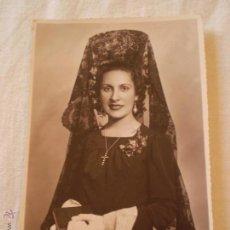 Fotografía antigua: ANTIGUA FOTO POSTAL DE MUJER CON MANTILLA.FOTO LUQUE.MELILLA.AÑOS 40.. Lote 51234240