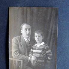 Fotografía antigua: ANTIGUA FOTOGRAFIA / SEÑOR CON NIÑO / FOTOGRAFO E. VIGUÉ / PUIGCERDA / GIRONA. Lote 51586175