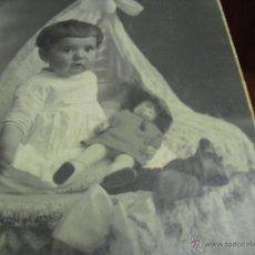 Fotografia antica: FOTO POSTAL BEBE CON MUÑECA 1924. Lote 52490203