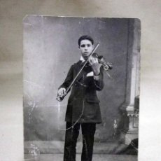 Fotografía antigua: ANTIGUA FOTO POSTAL, MUSICO, NIÑO TOCANDO EL VIOLIN, MEDIDAS: 13.5X9 CM.. Lote 53316213