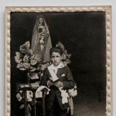 Fotografía antigua: NIÑO CON CARA DE SUSTO EL DÍA DE SU PRIMERA COMUNIÓN. 1925. FOTO SOBRE CARTÓN. Lote 53343249