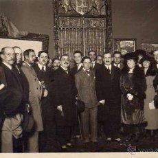 Fotografía antigua: POSTAL FOTOGRÁFICA PABLO PICASSO DE JOVEN EN UNA EXPOSICIÓN DE PINTURA. SIN CIRCULAR.. Lote 53482229