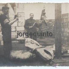 Fotografía antigua: MATADERO. MATARIFE FAENANDO UNA VACA Y VETERINARIO TOMANDO UNAS MUESTRAS, PARA ANALIZARLAS.. Lote 53713614