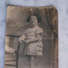 Fotografía antigua: ANTIGUA POSTAL NIÑA CON RAMO DE FLORES. Lote 53961948