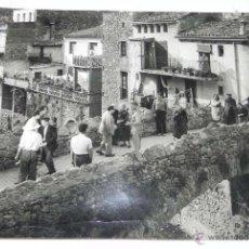 Fotografía antigua: FOTOGRAFIA DE PUEBLO POSIBLEMENTE DE LA PROVINCIA DE AVILA O SALAMANCA, GUARDIA DANDO PASO EN PUENTE. Lote 54758300