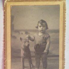 Fotografía antigua: FOTO DE ESTUDIO DE NIÑO CON PERRO DISECADO , PRINCIPIOS DE SIGLO. DE BERNARDINO GONZALEZ, FERROL. Lote 54811025
