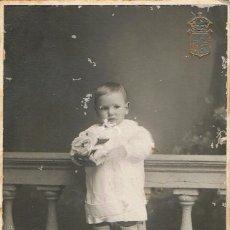 Fotografía antigua: FOTO NIÑO SUBIDO EN BANCO. CA. 1910. FOTÓGRAFO: J.DEU. SABADELL.. Lote 55152411