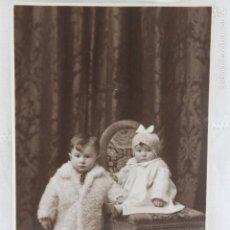 Fotografía antigua: FOTOGRAFIA DOS NIÑOS UNO SOBRE SILLA, SIN FOTOGRAFO 1931, ORENSE. Lote 55223814