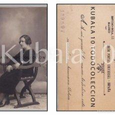 Fotografía antigua: TARJETA POSTAL ·· JOVEN SENTADA DE PERFIL ·· 13X8 CMS ·· AÑOS 1920 - 1930. Lote 55319578