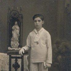 Fotografía antigua: FOTO NIÑO PRIMERA COMUNION APOYADO EN RECLINATORIO. CA. 1920. FOTÓGRAFO: MONNÉ. CALELLA.. Lote 55806208