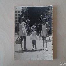 Fotografía antigua: FOTOGRAFÍA ANTIGUA, NIÑAS CON SOMBRERO--ALICANTE ( ESPAÑA ), AÑOS 50.. Lote 172521702