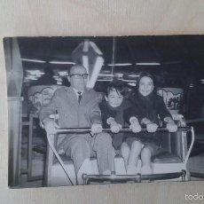 Fotografía antigua: FOTOGRAFÍA ANTIGUA, ABUELO, NIETO Y NIETA EN ATRACCIÓN DE FERIA--ALICANTE ( ESPAÑA ), AÑOS 60. Lote 172521098