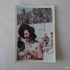 Fotografía antigua: FOTO ANTIGUA, MUJER ADULTA CERCA DEL PUERTO. ALICANTE ( ESPAÑA ), AÑOS 70. 12,5 X 9 CTMS. Lote 56042176