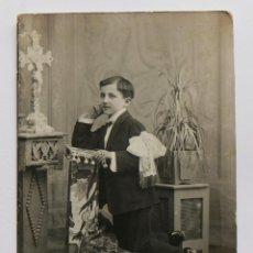 Fotografía antigua: NIÑO DE PRIMERA COMUNIÓN EN UN RECLINATORIO. 1921. Lote 56053051