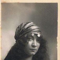 Fotografía antigua: FOTO RETRATO DE SEÑORITA VESTIDA DE ZÍNGARA. CA.1920. FOTÓGRAFO:MODERN-STYL ERNEST. BARCELONA.. Lote 56183581