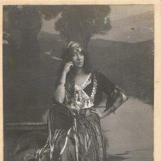 Fotografía antigua: FOTO SEÑORITA APOYADA VESTIDA DE ZÍNGARA. CA.1920. FOTÓGRAFO: MODERN-STYL ERNEST. BARCELONA. Lote 56183655