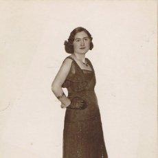 Fotografía antigua: FOTO DE SEÑORITA CON VESTIDO DE NOCHE. CA.1930. FOTOG.PACO. LAS CABAÑAS DEL PANADÉS.BARCELONA.. Lote 56329330