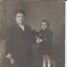 Fotografia antica: FOTOGRAFIA ANTIGUA ABUELA CON NIETA DARBLADE TORREVIEJA. Lote 60791327