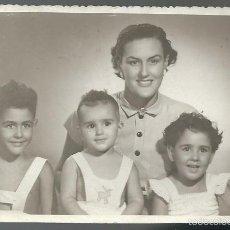 Fotografia antica: FOTOGRAFICA ANTIGUA-DE UNA MADRE Y SUS TRES HIJOS EN ALICANTE EN AGOSTO DE 1962 FOTO EVA - ALICANTE. Lote 56833794