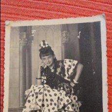 Fotografía antigua: ANTIGUA FOTOGRAFIA DE CHICA EN TRAJE TIPICO.FOTO BAEZ.HUELVA.1943. Lote 56880828