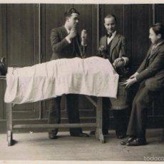 Fotografía antigua: FOTO MONTAJE CÓMICO. CA.1915-1920.POSIBLE ESTUDIANTES DE MEDICINA .PROCED: BARCELONA.. Lote 56975628