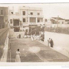 Fotografía antigua: BADALONA, AGOSTO 1916. GRUPO EN PISTA DE TENIS. FOTO: JOSÉ SAGARRA. Lote 57046028