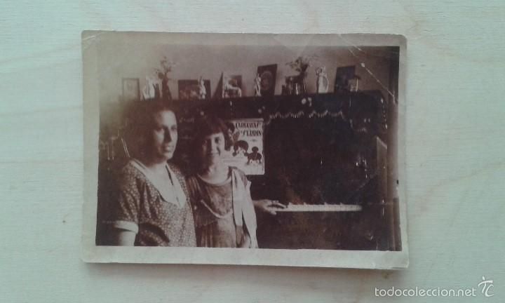 1 MUJER + 1 NIÑA CON PIANO -- PRINCIPIOS SIGLO XX -- ESPAÑA -- 8,6 X 6,2 -- (Fotografía Antigua - Tarjeta Postal)