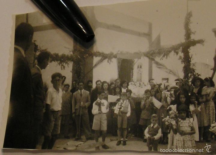 ANTIGUAS FOTOGRAFIAS AÑOS 40 - 50 PROCESION EN EL PUEBLO (Fotografía Antigua - Tarjeta Postal)