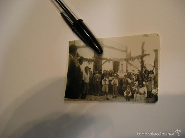 Fotografía antigua: ANTIGUAS FOTOGRAFIAS AÑOS 40 - 50 PROCESION EN EL PUEBLO - Foto 2 - 57166599