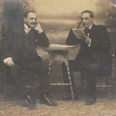 Fotografía antigua: FOTO RETRATO DE DOS CABALLEROS POSANDO. CA.1910, POSIBLEMENTE FOTÓGRAFO GRACIA. LEON. Lote 57410005