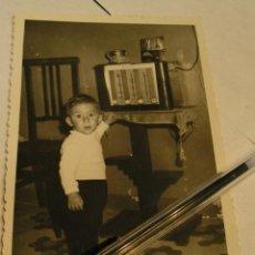 Fotografía antigua: ANTIGUA FOTO FOTOGRAFIA NIÑO CON RADIO TRANSISTOR. Lote 58616477