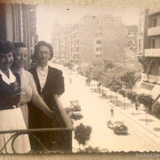 Fotografía antigua: SAN SEBASTIAN DONOSTIA GUIPUZCOA 1940 FOTO POSTAL AVENIDA CATEDRAL BALCON PEPITA LAZARO GUILARTE. Lote 59161325