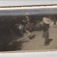 Fotografía antigua: ANTIGUA FOTOGRAFIA FOTO NIÑOS JUGANDO AÑOS 60 FOTO TORRAS. Lote 60082891