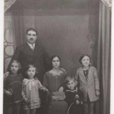 Fotografía antigua: FOTOGRAFÍA ANTIGUA DE FAMILIA Y NIÑO CON JUGUETE ( HULA HOOP ). Lote 60416631