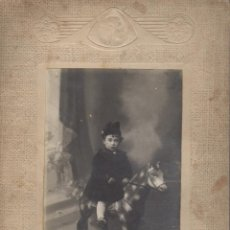 buena fotografia niño con caballo de carton fotografia jorba manresa