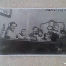 Fotografía antigua: TARJETA POSTAL -- FAMILIA BARCELONA -- AÑO 1956 -- 13,5 X 8,5 --. Lote 61781156