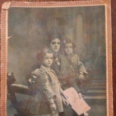 Fotografía antigua: ZARAGOZA L ESCOLA FOTOPOSTAL MADRE CON DOS HIJAS FINALES SXIX POSANDO SENTADAS EN JAMUGA. Lote 62504580