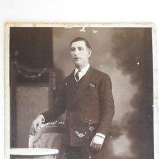 Fotografía antigua: FOTOGRAFIA EN CARTÓN DURO. RETRATO DE HOMBRE. ESTUDIO FOTOGRÁFICO DAGUERRE. BARCELONA. CA 1920-30. Lote 62890552