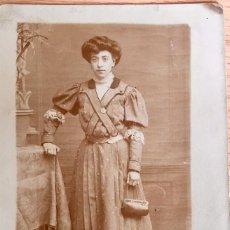 Fotografía antigua: ASTURIAS MUJER FOTOGRAFIADA EN CASA Y CONVERTIDA EN POSTAL VESTIDO BOLSAO GALA Y ENCAJE 1910. Lote 63101692