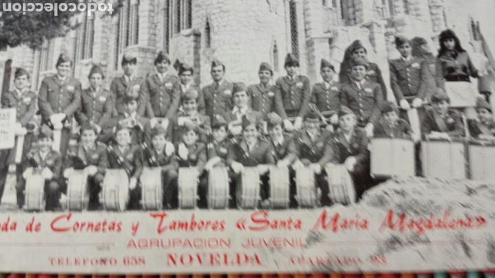 COMPONENTES BANDA DE CORNETAS Y TAMBORES SANTA MARÍA MAGDALENA.AGRUPACIÓN JUVENIL DE NOVELDA AÑOS 60 (Fotografía Antigua - Tarjeta Postal)