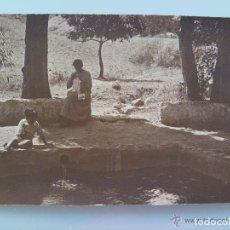 Fotografía antigua: FOTO DE PRINCIPIOS DE SIGLO DE MUJER COSIENDO Y NIÑO JUGANDO EN UNA ALBERCA.. Lote 213702743