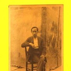 Fotografía antigua: SAN SEBASTIÁN CAMPESINO PUEBLO HOMBRE CON CIGARRILLO POSANDO SENTADO ALPARGATAS PPIO S XX. Lote 64999167