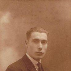 Fotografía antigua: FOT RETRATO DE JOVEN EN TONOS MARRONES SOBRE DIFUMINADOS.CA.1920.FOT.LUMIERE.BARCELONA. Lote 65986750