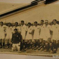 Fotografía antigua: TARJETA POSTAL EQUIPO DE FUTBOL QUE JUGO CON 1ª EQUIPO DEL BARCELONA 23 JUNIO 1933. Lote 66015854