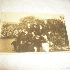 Fotografía antigua: ANTIGUA FOTO DE UN GRUPO DE PERSONAS VESTIDAS DE EPOCA EN MONTSERRAT . 1922 . RAJAR. Lote 66269782