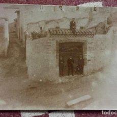 Fotografia antiga: HOMBRES POSANDO EN PORTON ACCESO A CASA EN RUINAS POSTAL PPIOS S XX. Lote 66480134