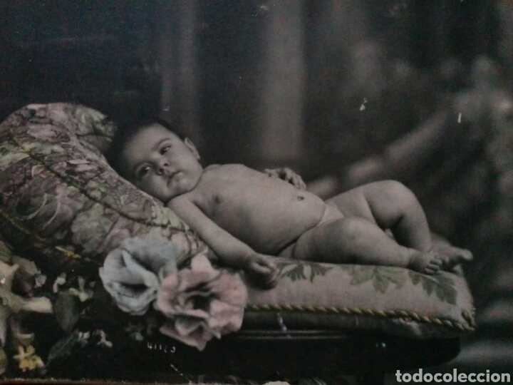 FOTO POSTAL ALBÚMINA SOBRE CARTÓN DE BEBÉ EN ESTUDIO PP.S.XX (Fotografía Antigua - Tarjeta Postal)