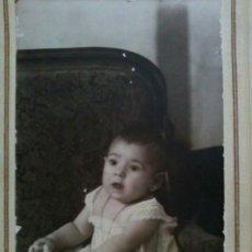 Fotografía antigua: FOTO POSTAL ALBÚMINA SOBRE CARTÓN DE BEBÉ EN ESTUDIO PP.S.XX. Lote 66889857