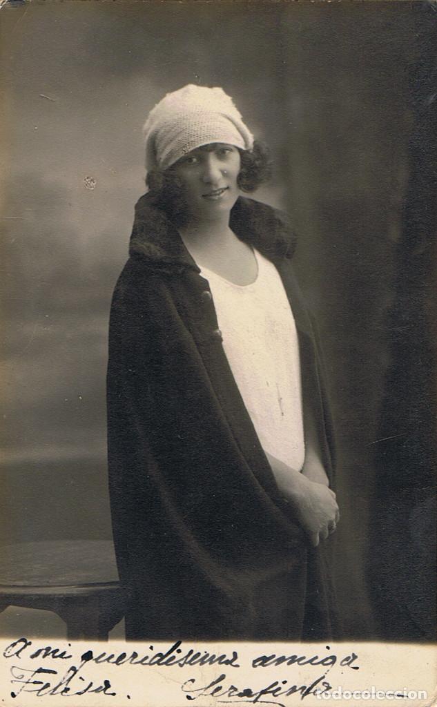 FOTO RETRATO DEDICADO DE JOVEN CON ABRIGO SOBRE LOS HOMBROS. CA.1915. FOT: FRANCISCO AMER. BARCELONA (Fotografía Antigua - Tarjeta Postal)